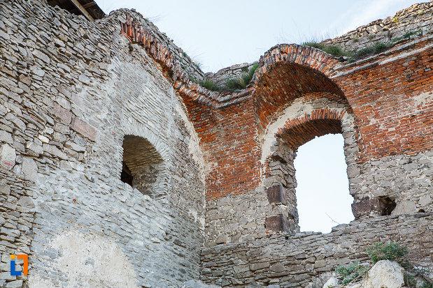 ferestre-de-la-cetatea-din-deva-judetul-hunedoara.jpg
