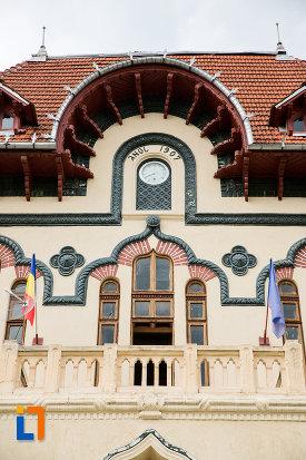 ferestre-de-la-cladirea-primariei-azi-palatul-culturii-din-campulung-muscel-judetul-arges.jpg