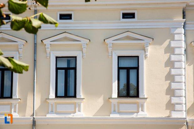 ferestre-de-la-cladirea-societatii-romane-de-asigurari-azi-biblioteca-jud-panait-istrati-din-braila-judetul-braila.jpg