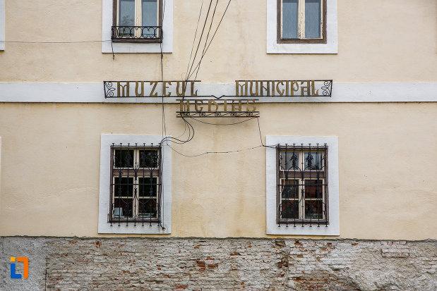 ferestre-de-la-claustrul-fostei-manastiri-franciscane-1815-azi-muzeul-municipal-din-medias-judetul-sibiu.jpg
