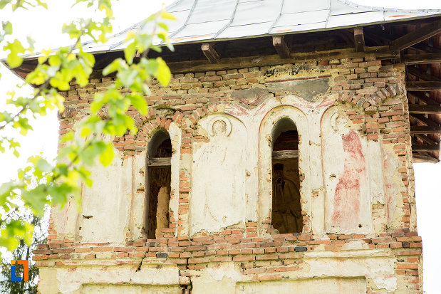 ferestre-de-la-clopotnita-din-dealu-pomilor-judetul-gorj.jpg