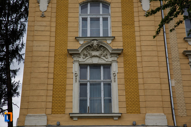 ferestre-de-la-colegiul-natoinal-coriolan-bradiceanu-din-lugoj-judetul-timis.jpg
