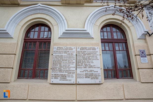 ferestre-de-la-facultatea-de-teologie-ortodoxa-andrei-saguna-din-sibiu-judetul-sibiu.jpg