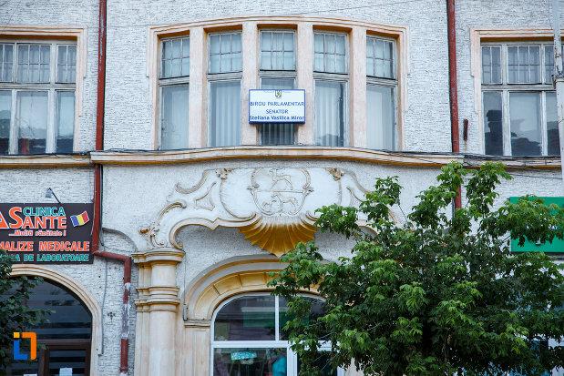 ferestre-de-la-fosta-prefectura-si-hotel-din-radauti-judetul-suceava.jpg