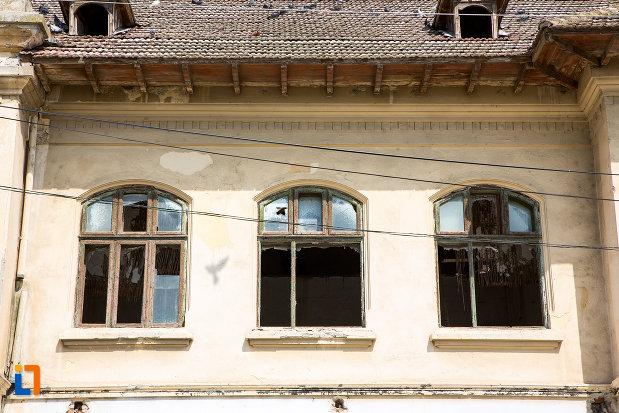 ferestre-de-la-fosta-scoala-din-cernavoda-judetul-constanta.jpg