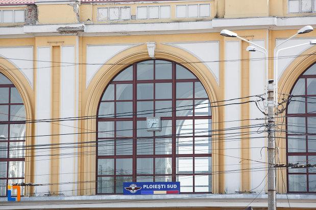 ferestre-de-la-gara-de-sud-din-ploiesti-judetul-prahova.jpg