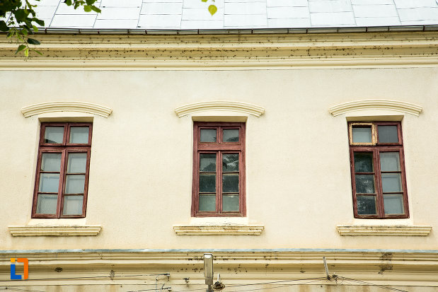 ferestre-de-la-gara-veche-din-ramnicu-sarat-judetul-buzau.jpg