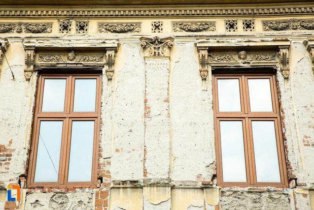 ferestre-de-la-hanul-putureanu-din-craiova-judetul-dolj.jpg