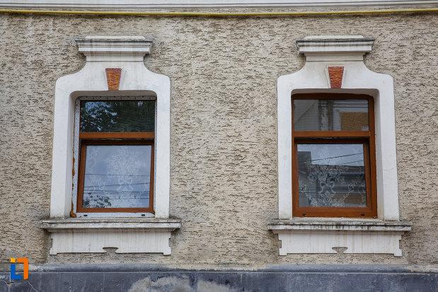 ferestre-de-la-hanul-siret-din-siret-judetul-suceava.jpg