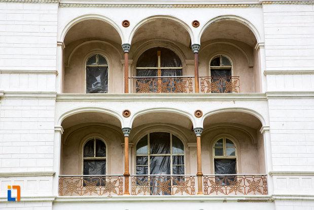 ferestre-de-la-hotel-decebal-din-baile-herculane-judetul-caras-severin.jpg