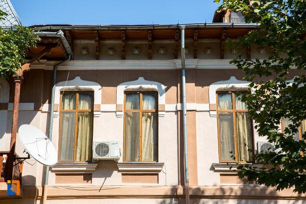 ferestre-de-la-hotelul-victoria-din-oltenita-judetul-calarasi.jpg
