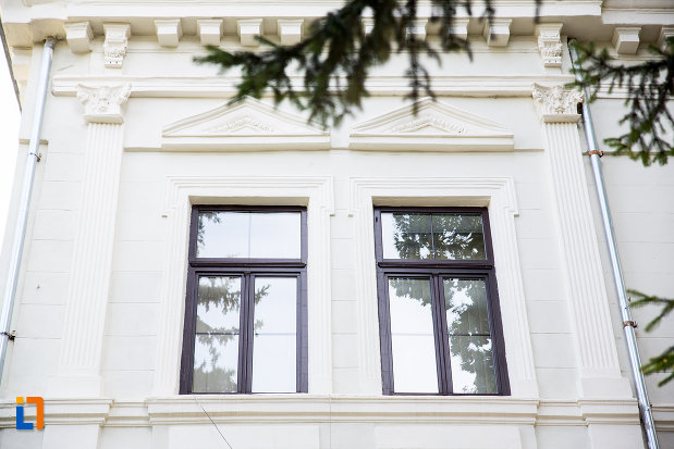 ferestre-de-la-liceul-stirbei-voda-in-prezent-scoala-gimnaziala-carol-i-din-calarasi-judetul-calarasi.jpg