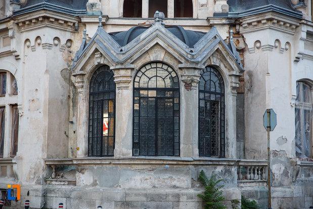 ferestre-de-la-muzeul-ceasului-din-ploiesti-judetul-prahova.jpg