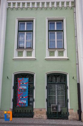ferestre-de-la-muzeul-de-etnogtrafie-universala-franz-binder-din-sibiu-judetul-sibiu.jpg