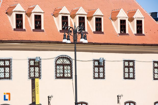 ferestre-de-la-muzeul-judetean-de-istoria-din-brasov-judetul-brasov.jpg