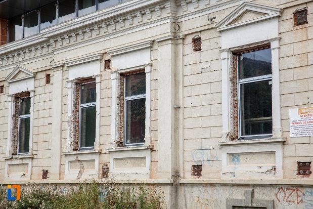 ferestre-de-la-muzeul-national-al-bucovinei-din-suceava-judetul-suceava.jpg