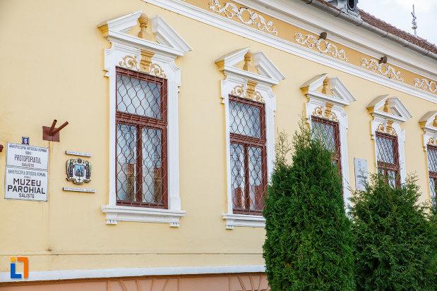 ferestre-de-la-muzeul-parohial-din-saliste-judetul-sibiu.jpg