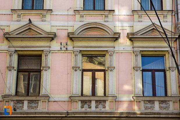 ferestre-de-la-palatul-berde-din-cluj-napoca-judetul-cluj.jpg