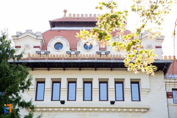 ferestre-de-la-palatul-de-justitie-din-botosani-judetul-botosani.jpg