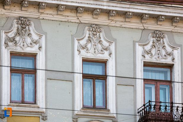 ferestre-de-la-palatul-elian-din-cluj-napoca-judetul-cluj.jpg