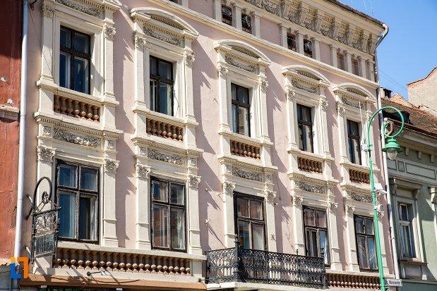 ferestre-de-la-palatul-safrano-din-brasov-judetul-brasov.jpg