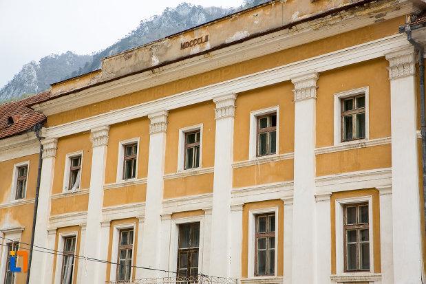 ferestre-de-la-pavilionul-4-din-baile-herculane-judetul-caras-severin.jpg