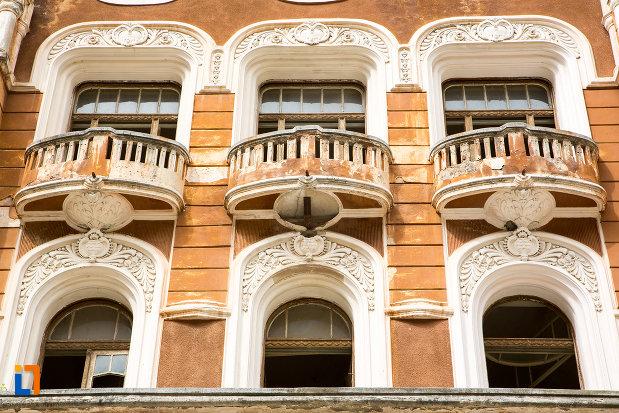 ferestre-de-la-pavilionul-6-din-baile-herculane-judetul-caras-severin.jpg