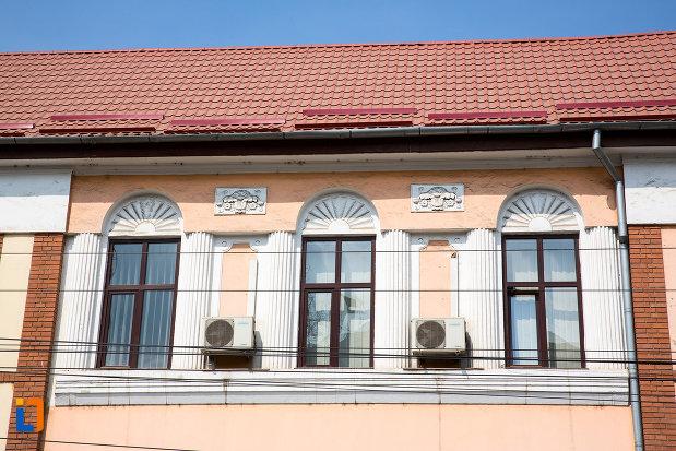 ferestre-de-la-posta-azi-sediul-inspectotatului-teritorial-de-munca-din-resita-judetul-caras-severin.jpg
