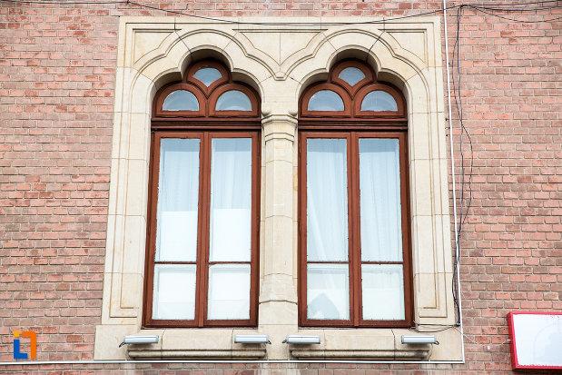 ferestre-de-la-posta-veche-din-targoviste-judetul-dambovita.jpg