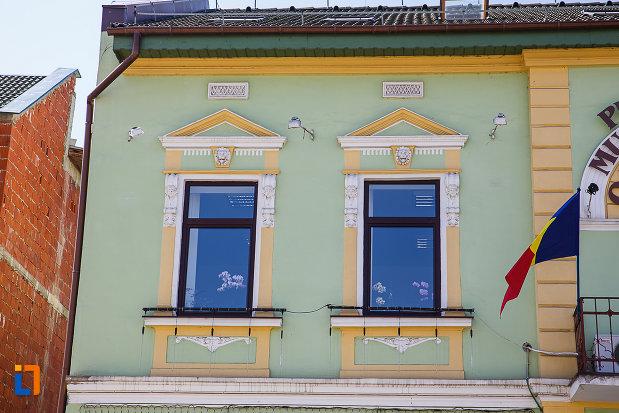 ferestre-de-la-primaria-din-orastie-judetul-hunedoara.jpg