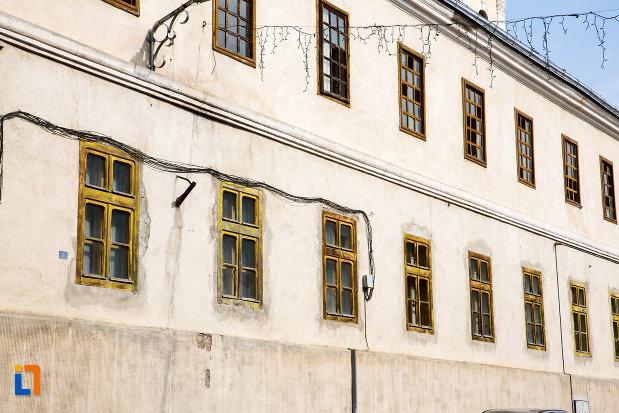 ferestre-de-la-scoala-militara-azi-casa-parohiala-romano-catolica-1741-din-oravita-judetul-caras-severin.jpg