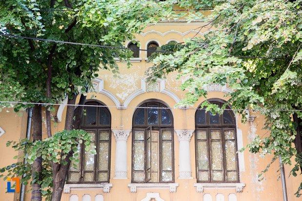 ferestre-de-la-scoala-sandu-aldea-din-braila-judetul-braila.jpg