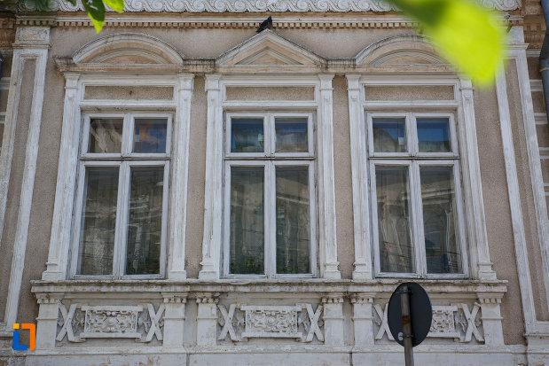 ferestre-de-la-sediul-comenduirii-garnizoanei-tulcea-fosta-banca-dunarii-din-tulcea-judetul-tulcea.jpg