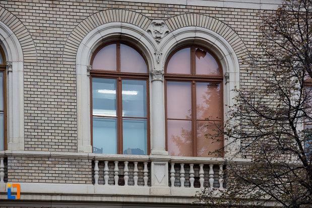 ferestre-de-la-universitatea-babes-bolyai-din-cluj-napoca-judetul-cluj.jpg