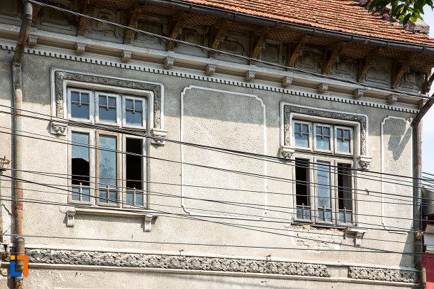 ferestre-din-ansamblul-de-locuinte-cu-pravalii-de-pe-str-bucuresti-nr-163-din-calarasi-judetul-calarasi.jpg
