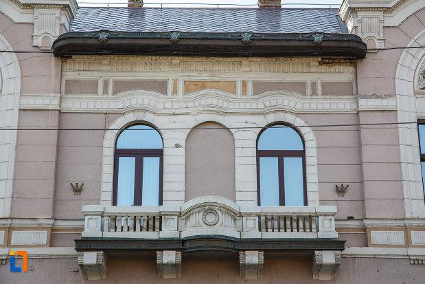 ferestre-si-balcon-de-la-fostul-cazinou-evreiesc-din-targu-mures-judetul-mures.jpg