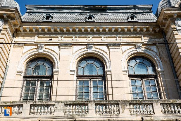 ferestre-si-balcon-muzeul-de-arheologie-din-oltenita-judetul-calarasi.jpg