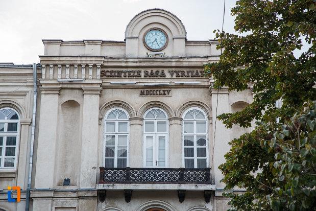ferestre-si-ceas-de-la-muzeul-judeean-de-istorie-si-arheologie-din-ploiesti-judetul-prahova.jpg