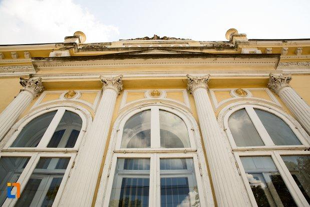 ferestre-si-coloane-de-la-casa-garabet-ciolac-din-botosani-judetul-botosani.jpg