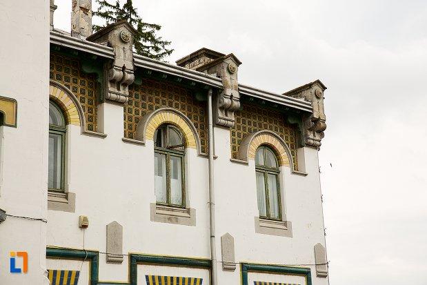 ferestre-si-detalii-de-la-gara-din-curtea-de-arges-judetul-arges.jpg
