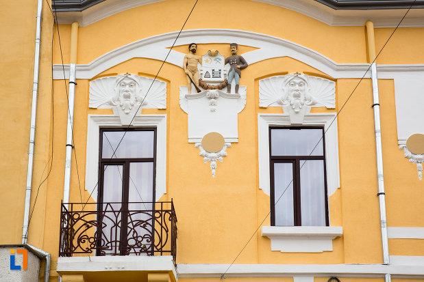 ferestre-si-detalii-de-la-sediul-comitatului-de-severin-azi-gradinita-din-caransebes-judetul-caras-severin.jpg