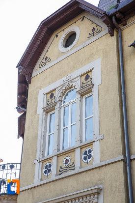 ferestre-si-ornamente-murale-de-la-fosta-banca-agrara-azi-banca-comerciala-din-targu-mures-judetul-mures.jpg