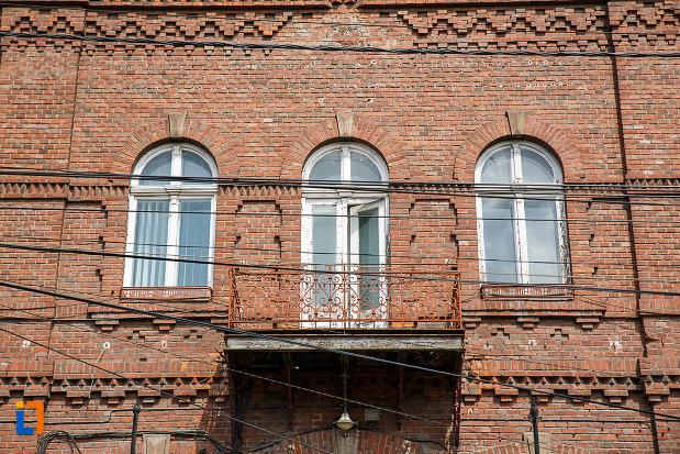 ferestrele-de-la-administratia-uzinelor-de-fier-din-hunedoara-judetul-hunedoara.jpg