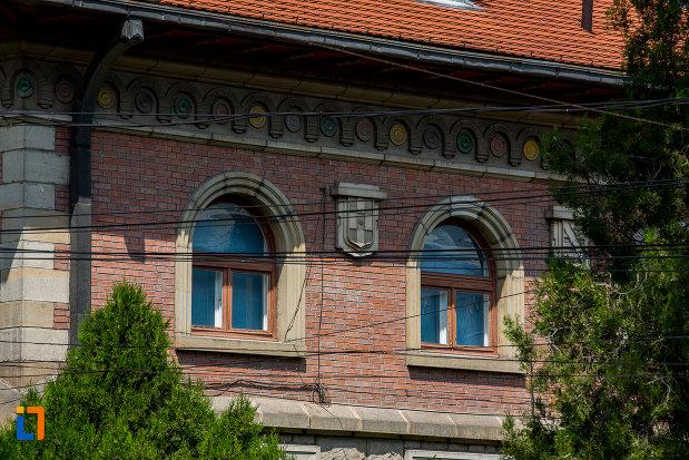 ferestrele-de-la-banca-comerciala-romana-din-campulung-moldovenesc-judetul-suceava.jpg