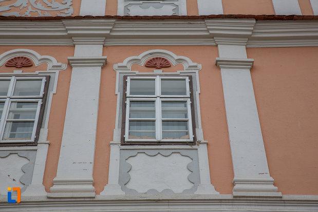 ferestrele-de-la-casa-azi-centrul-cultural-al-luxemburgului-din-sibiu-judetul-sibiu.jpg