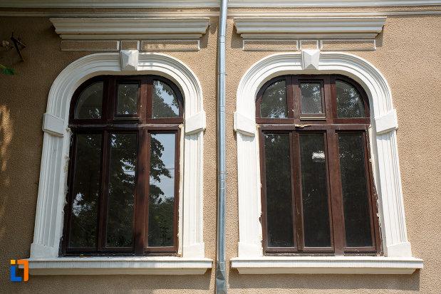 ferestrele-de-la-casa-daia-din-rosiorii-de-vede-judetul-teleorman.jpg