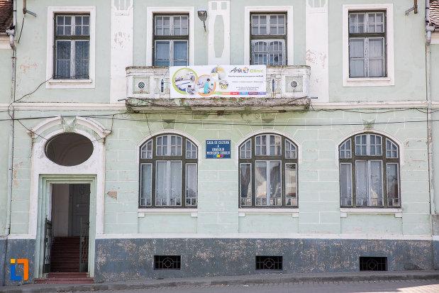 ferestrele-de-la-casa-de-cultura-din-miercurea-sibiului-judetul-sibiu.jpg