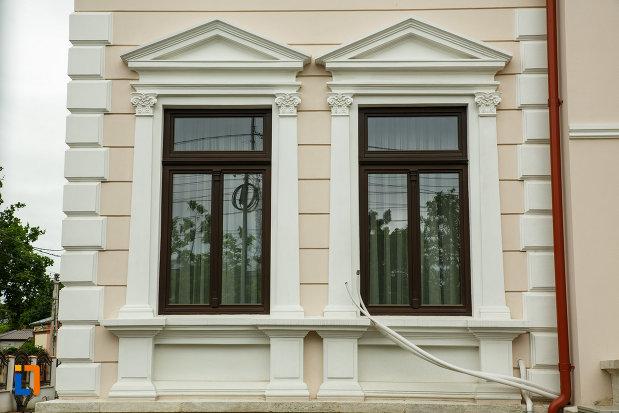 ferestrele-de-la-casa-ibraileanu-din-focsani-judetul-vrancea.jpg