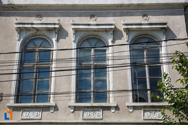 ferestrele-de-la-casa-lichiardopol-1870-din-tulcea-judetul-tulcea.jpg