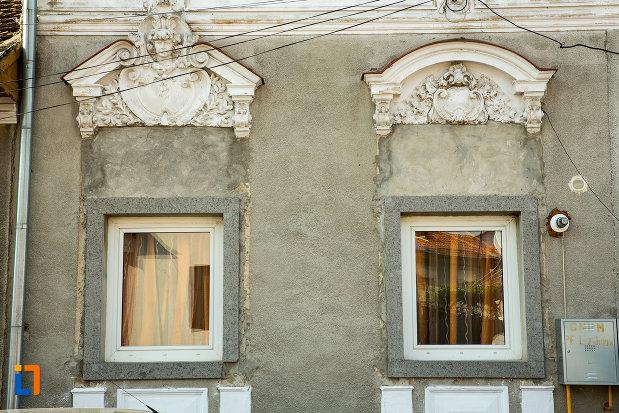 ferestrele-de-la-casa-osman-ecaterina-din-drobeta-turnu-severin-judetul-mehedinti.jpg